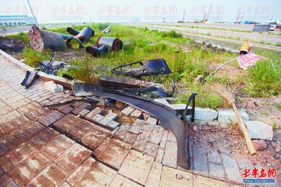 8月5日下午,事发现场散落着大量车体碎片。