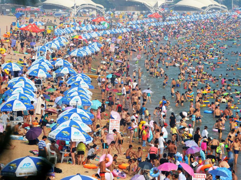 青岛浴场人满为患
