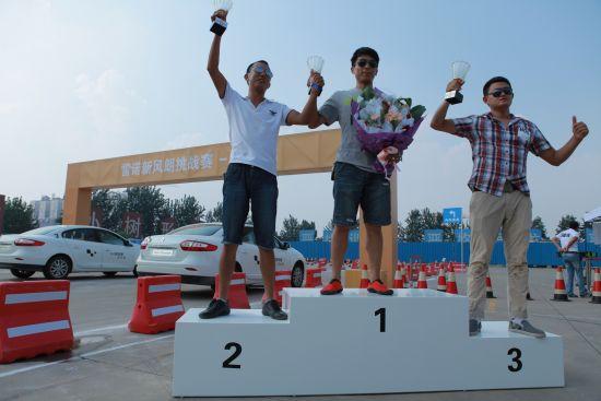 新风朗挑战赛济南站颁奖礼:亚军杨恩东,冠军马庆朋,季军邵明阳(从左至右)