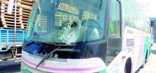 青岛客车遭1米钢材刺穿玻璃 司机冷静停车乘客安全