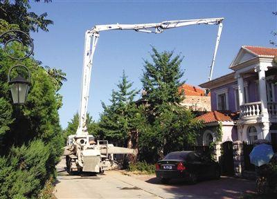 昨日,昌平八仙别墅内,一处别墅正在施工扩建。