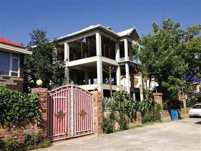 昌平王府花园宣仁府建起一处三层小楼,昨日,此处已暂停施工。