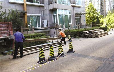 """昨日,人济山庄内""""最牛违建""""继续拆除,工人在楼下搭建防护网,防止高空坠物。"""
