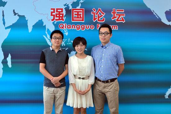 大众网采访中心首席记者盛堃(右)、记者李兆辉(左)、记者于潇潇做客强国论坛(人民网 黄玉琦 摄)