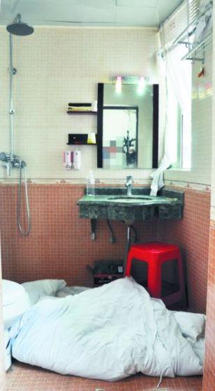 洗手间内有烧炭痕迹,两人躺下后再也没能起来。