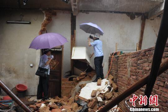 记者24日从广东河源市源城公安分局获悉,广东河源一对兄弟家庭因长期纠纷,嫂子剪断家中煤气管道引发爆炸,造成房屋坍塌,致3死1重伤。源城公安分局供图 摄