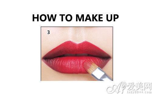 用唇刷将唇色涂均匀