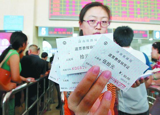 9月1日起,火车票正式施行全国通退通签,不少市民在青岛就可办理外地车票的改签退票手续。记者探访火车站退票窗口发现,退票的乘客仍然排起了长队。据了解,全国通退通签确实给一部分乘客带来了便利 ,但质疑退票费变相涨价的声音不绝于耳。   外地票在青就能退改签   从9月1日起,铁路部门实行新的退票改签办法,只要是在票面指定的开车时间前,乘客可到全国任意一个车站办理退票或改签手续。此举认为是继火车票实行网络和电话售票以来,给乘火车出行的乘客带来的又一便利。   1日下午2时许,记者来到青岛火车站东售票大厅发现