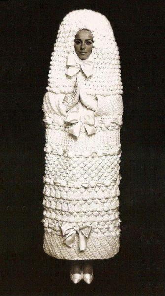 """1965年,伊夫圣罗兰YSL发布了经典的""""Cocoon Dress""""婚纱"""