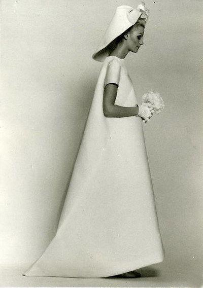 1968年,克里斯托巴尔•巴伦西亚加设计的巴黎世家(Balenciaga)高级定制婚纱