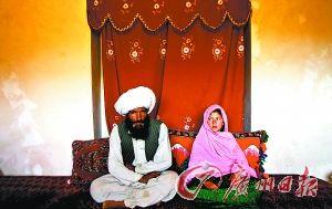 2005年9月,阿富汗11岁女童嫁给一名40岁男子的婚礼现场(资料照片)。