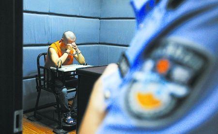昨日,沙坪坝派出所,犯罪嫌疑人李强对自己的行为后悔不已。记者 吴珊 摄