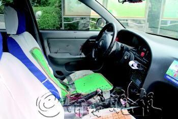 出租车驾驶室满是血迹,可以想象张师傅当时遭受的惨烈伤害。      本报记者 马媛媛 摄