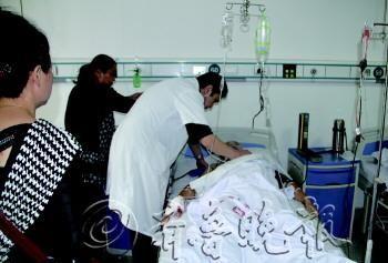 医生正在查看受害的哥的伤情。  本报记者 马媛媛 摄