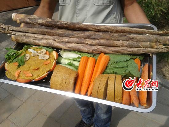 """济南动物园为熊猫准备的特制""""月饼"""",让大熊猫也能过中秋。"""