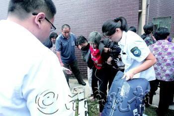 医护人员将一名被烟熏伤的老人扶到急救车上。 市民李先生 提供