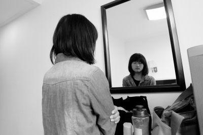 唐阳阳不敢面对镜子里的自己。 本版图片京华时报记者谭青摄