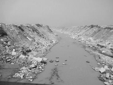 图①:废弃石料侵蚀河床,河水只剩浑浊细流。