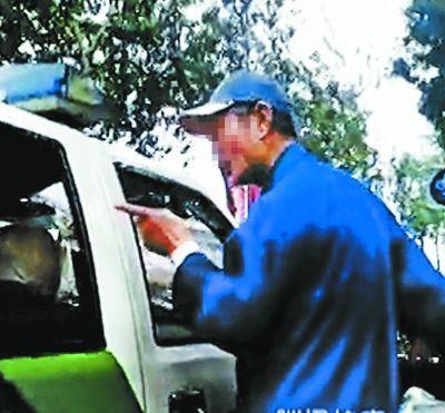 北京大爷训斥城管视频网络蹿红
