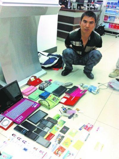 图为褚某和他盗窃的大量赃物。