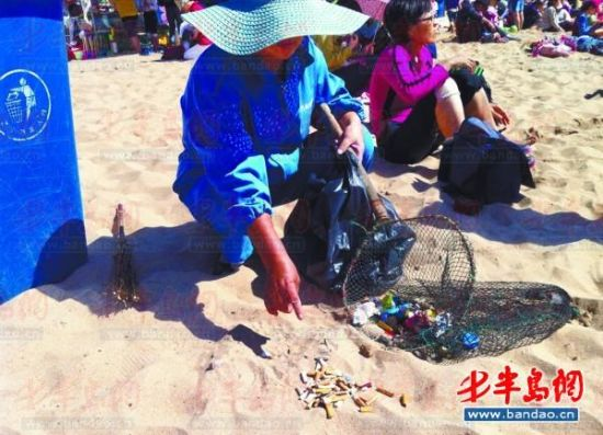 10分钟的时间,吴师傅在六浴沙滩中捡到64个烟头。