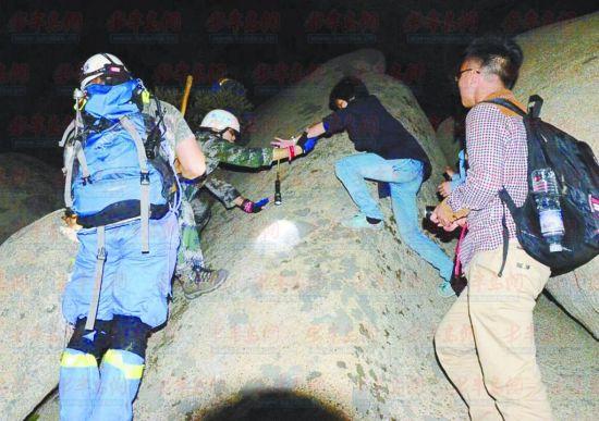 ▲救援人员好不容易才找到被困者并将其救下山。