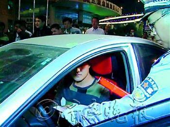 10月5日晚,北园大街,一辆济宁牌照的银色轿车闯关,开出几十米后被民警拦下,司机不仅喝了酒还无证驾驶。  (视频截图)