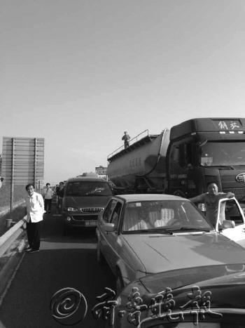 7日下午4点半,荣乌高速寿光段大堵车。(图片由刘女士提供)