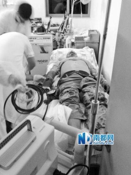 卢先生被砍断的手掌接上了,但能否存活尚未知。南都记者 李京 摄