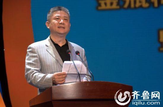 山东演艺集团总经理雷岩在签约仪式上致辞