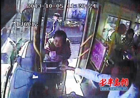 公交车上的监控拍下了老太投币的过程。(温馨巴士顺达分公司供图)