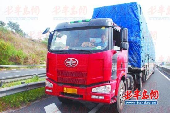 宠物狗在货车驾驶室影响安全。(警方供图)