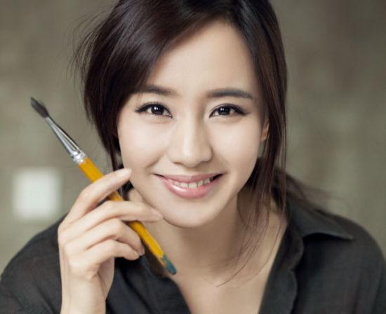 王智写真笑容纯美怡然享受绘画乐趣