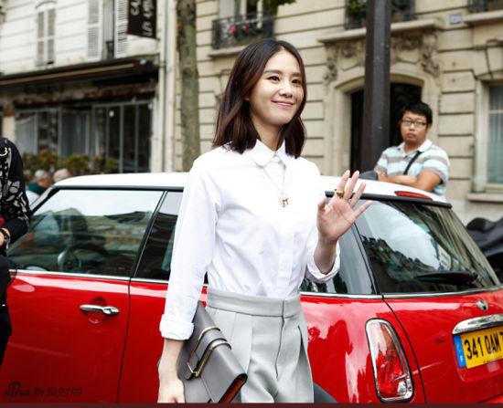 刘诗诗巴黎街拍白衬衫短裤清新可人范儿亮相