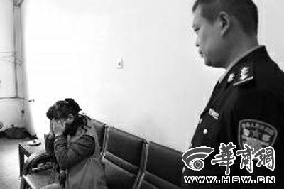 面对民警讯问,卖淫女捂起脸 本报记者 闫文青 摄