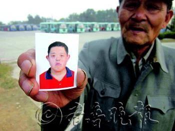 儿子走失了,继父到处寻找。 本报记者 张姗姗 摄