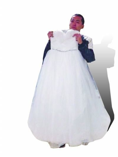 """新娘意外身亡后新郎为遗体穿婚纱与其""""完婚"""""""