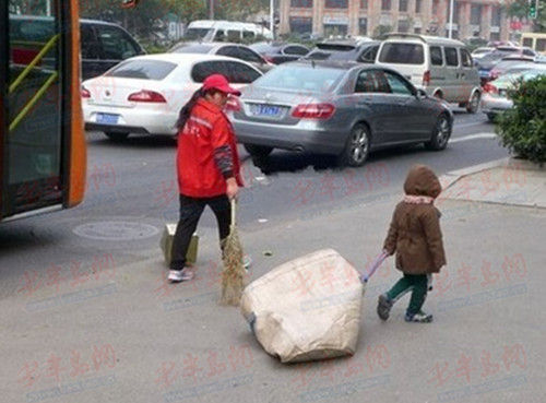 女环卫工人的4岁儿子从2岁起就帮忙妈妈捡垃圾(图片网友提供)