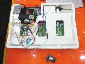 遥控器是用汽车中控门锁改装的 本报记者 刘长宇 摄