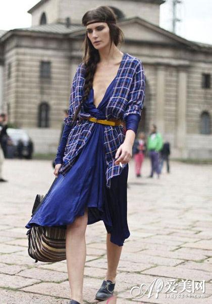宝蓝色裙子搭配腰带