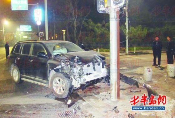 越野车车头受损严重。