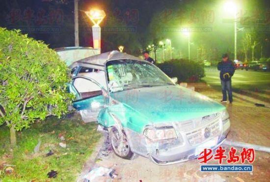 出租车被撞进绿化带,右车身完全凹了进去。
