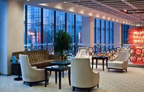 淄博世纪大酒店是本市首家五星级酒店,开业以来始终奉行产品高端理念,引领本市行业走向,倾心奉献服务高品位、高享受,以满足客人。荣获山东省旅游饭店金星奖称号,是鲁中地区一颗璀璨的明珠。   酒店设施一应俱全,客房235间(套),风格现代豪华;餐饮环境不同凡响,法式扒房、风情酒吧、激情KTV风采各异;巴厘葩优SPA水疗项目为客人倾心打造愉悦田园,舒心的环境、可人的服务,为尊贵客人洗去一路风尘,尽享体验之旅。   酒店位于张店区繁华路段柳泉路99号,距济青高速公路、淄博火车站、济南飞机场、青岛流亭飞机场的车程