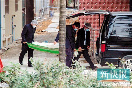 殡仪馆工作人员将死者遗体运走。新快报记者 曾泓/摄
