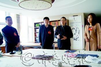 19日,在幸福世家老年照料中心,代表和委员们参观棋牌室。