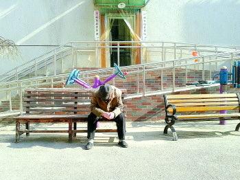 午休时间,老年公寓一位老人独自晒太阳。 见习记者 施雪琼 摄