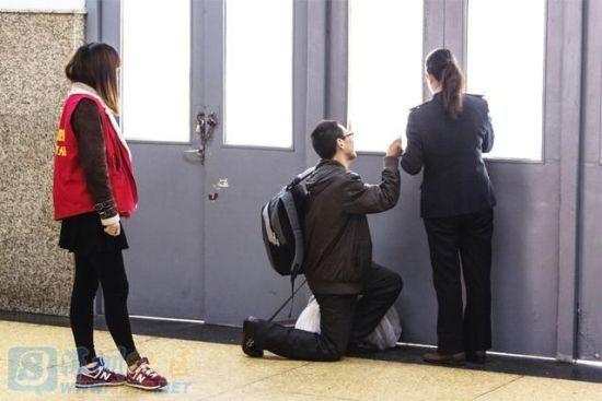 男子跪在车站工作人员面前要求让他进站上车。浙报集团 东方IC