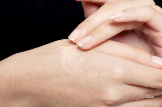 先将粉底液/霜挤在手背上,利用手背上的温度适当溶解
