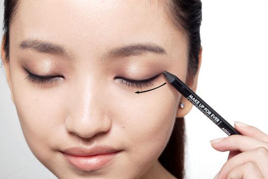 上睫毛根部画一条细长平滑的眼线