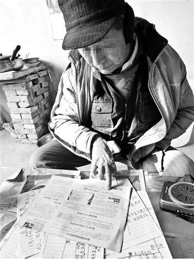 """对照当年的媒体报道,王秀勇向记者讲述自己在东莞""""绘图扫黄""""的经历"""